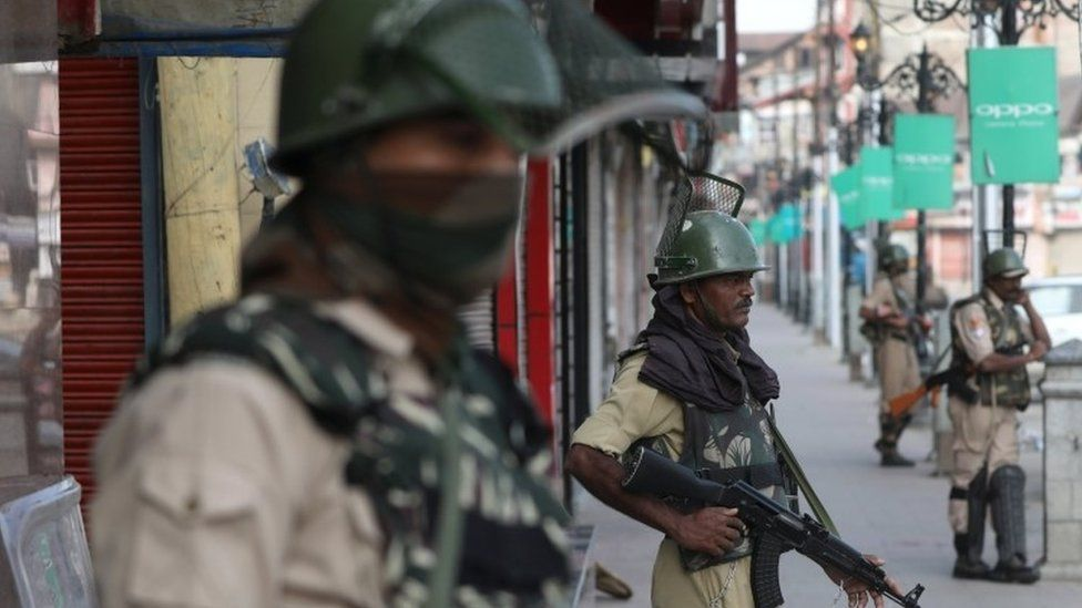Indian paramilitary soldiers stand guard in the Lal chowk area of Srinagar (08 July 2017)