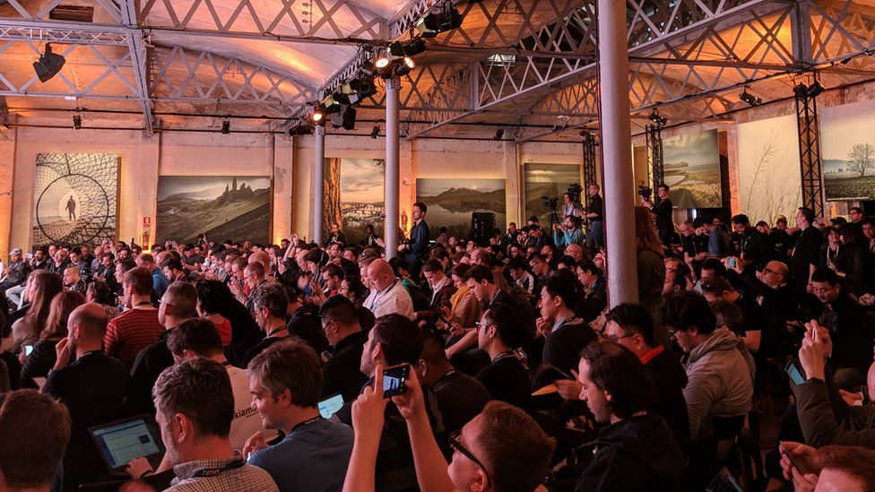 crowd at MWC press event