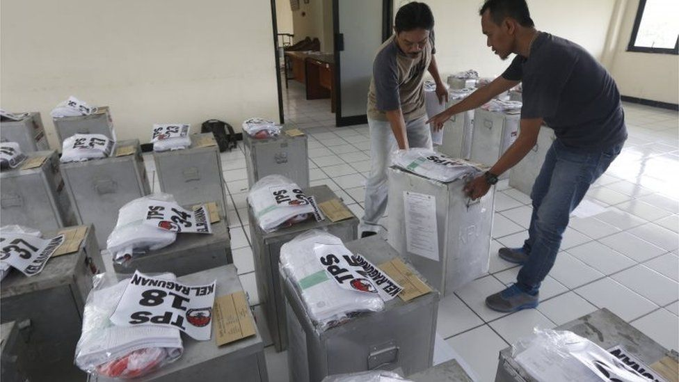Election workers prepare for election day in Jakarta, Indonesia (14 Feb 2017)
