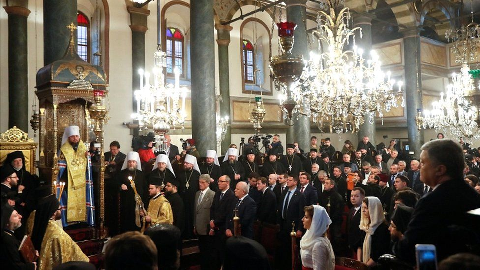 Ukrainian President Petro Poroshenko (R) and Metropolitan Epifaniy (2nd L), head of the Orthodox Church of Ukraine, attend a ceremony marking the new Ukrainian Orthodox church's independence, at St George's Cathedral, the seat of the Ecumenical Patriarchate, in Istanbul, Turkey, on 5 January 2019