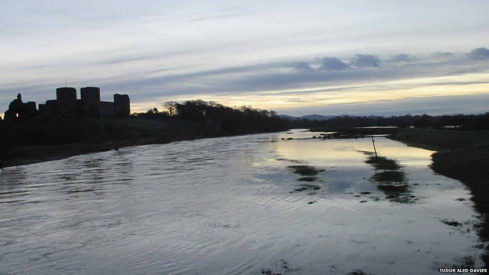Afon Clwyd wedi gorlifo yn Rhuddlan fore Sul