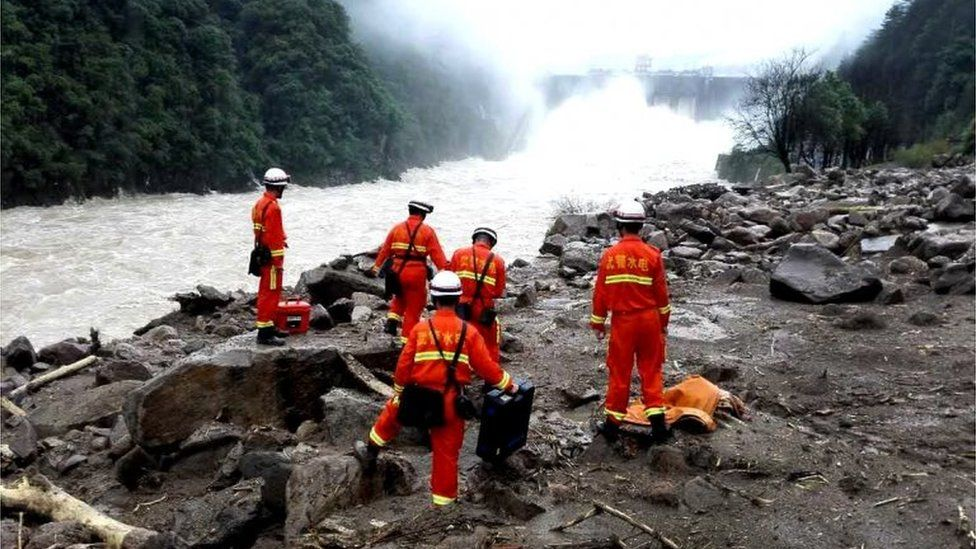 Rescue workers search for signs of life under landslide rubble in Taining county, Fujian, China (8 May 2016)