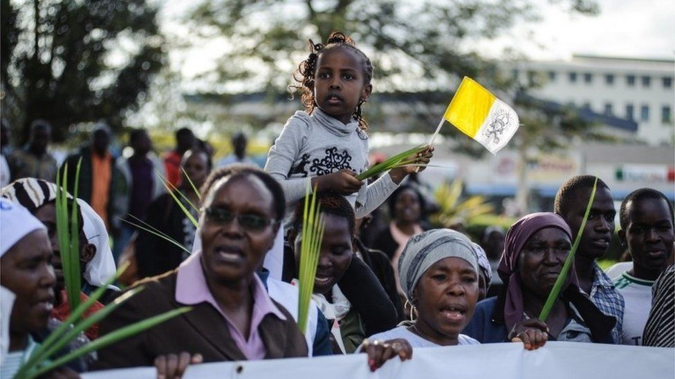Kenyans wait to see the convoy transporting Pope Francis during his visit to Africa in Nairobi on November 25, 2015.