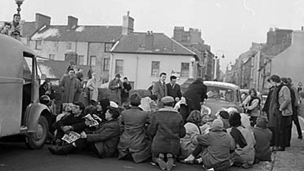 Protest gyhoeddus gyntaf Cymdeithas yr Iaith yn Chwefror 1963 ar Bont Trefechan, Aberystwyth