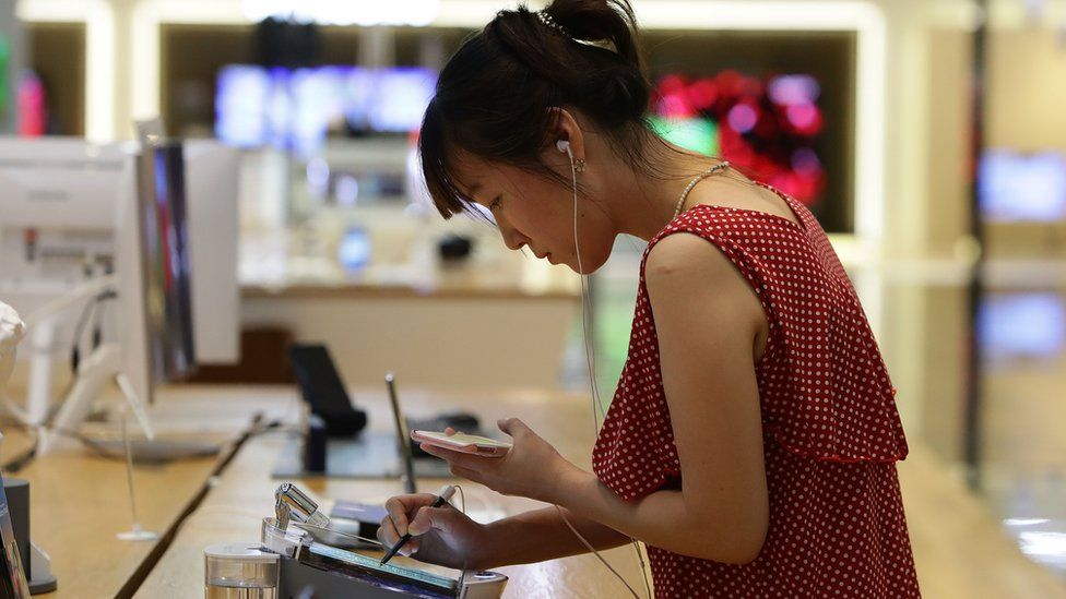 A South Korean woman experience Samsung Electronics Galaxy Note 8 smartphone at its shop on August 25, 2017 in Seoul, South Korea.