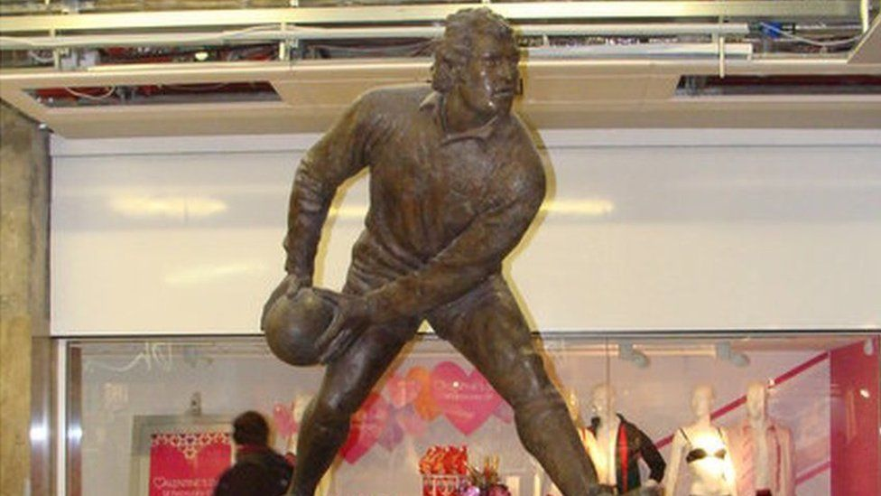 Statue of rugby player Gareth Edwards in St David's Centre