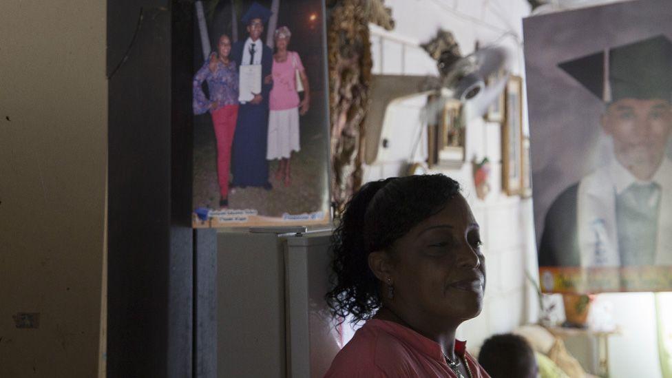 Alneris Orozco Caupo, de 47 años, posa para un retrato en un espejo en su casa en la Ciudad de las Mujeres