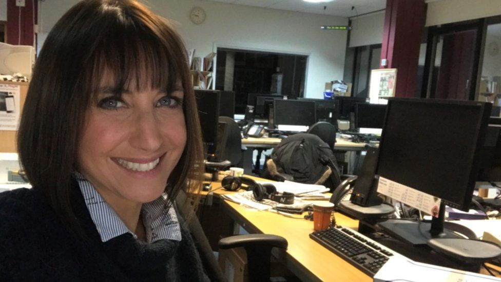 Lucy yn ystafell newyddion BBC Cymru