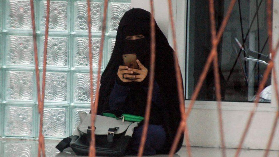 """Para perempuan, baik dewasa maupun anak-anak yang tinggal di pemukiman yang disebut sebagai 'kampung santri"""" itu mengenakan niqab."""