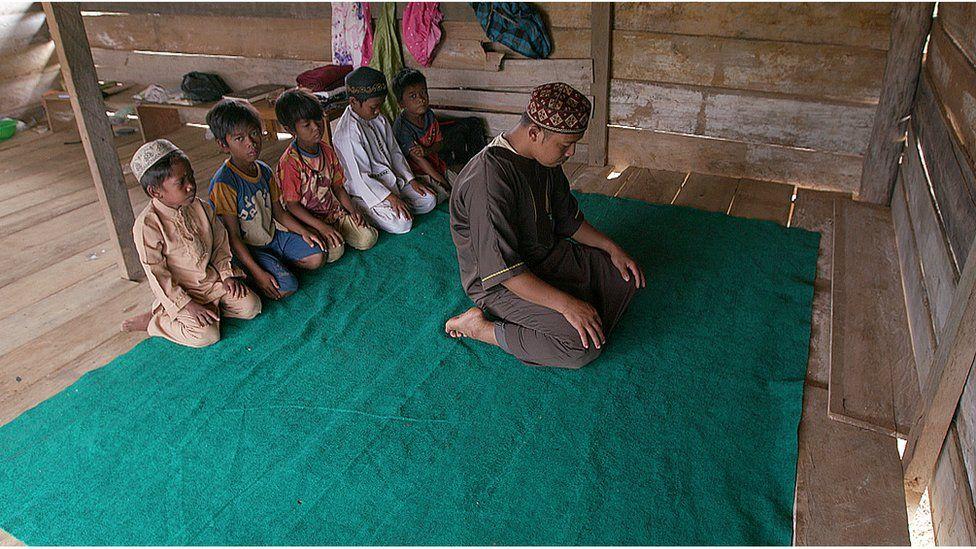 Orang Rimba children praying