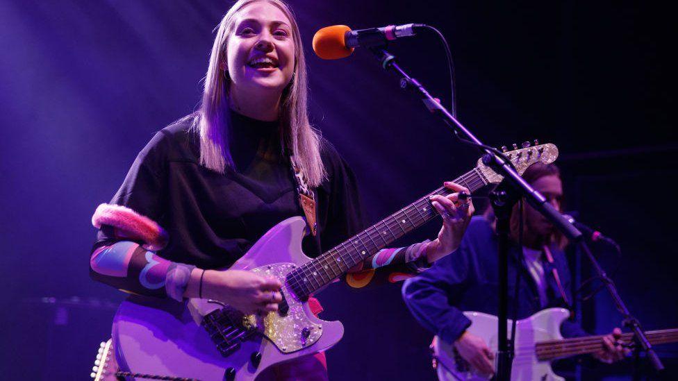 Lauran Hibberd performing