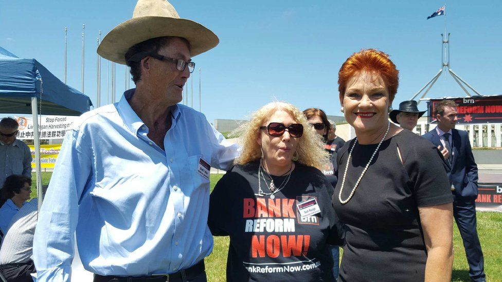 Brett Fallon (L) with One Nation leader Pauline Hanson (R) at bank rally in Canberra