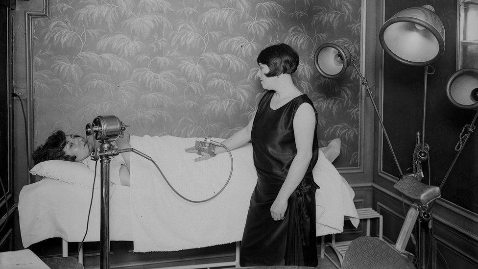 Париж, примерно 1925 год: в Институте красоты Лидо пациентку подвергают вибромассажу