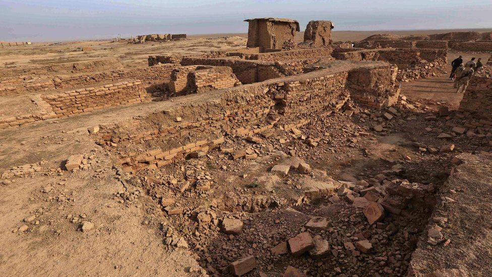 Iraqi soldier stand in the ruins of Nimrud (15 November 2016)