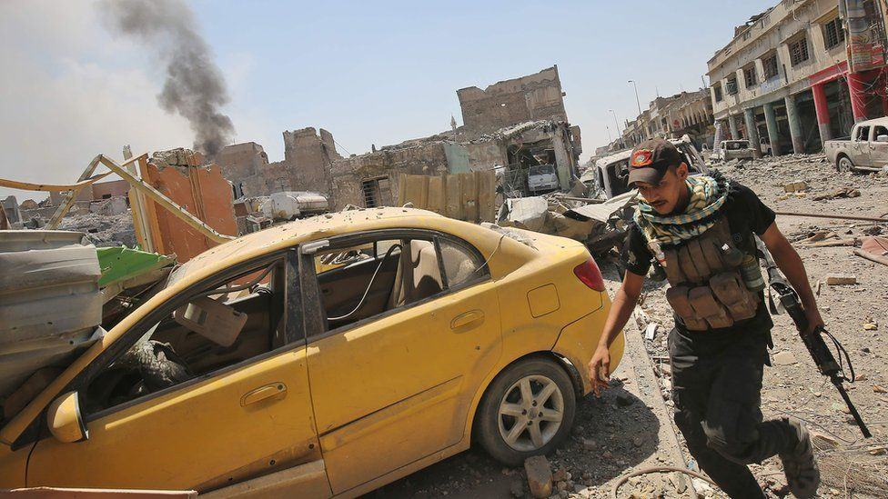 Members of the Iraqi Counter-Terrorism Service (CTS) advance towards the Grand Mosque of al-Nuri in the Old City of Mosul on 29 June 2017