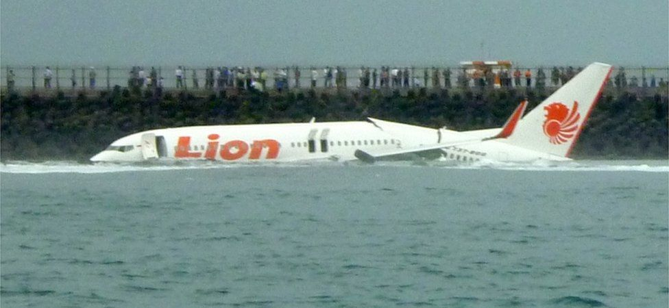 Lion Air crash: Boeing 737 plane crashes in sea off Jakarta - BBC News