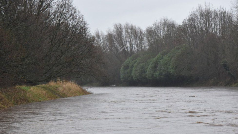 River Mersey- approaching the top of the levy at Northenden