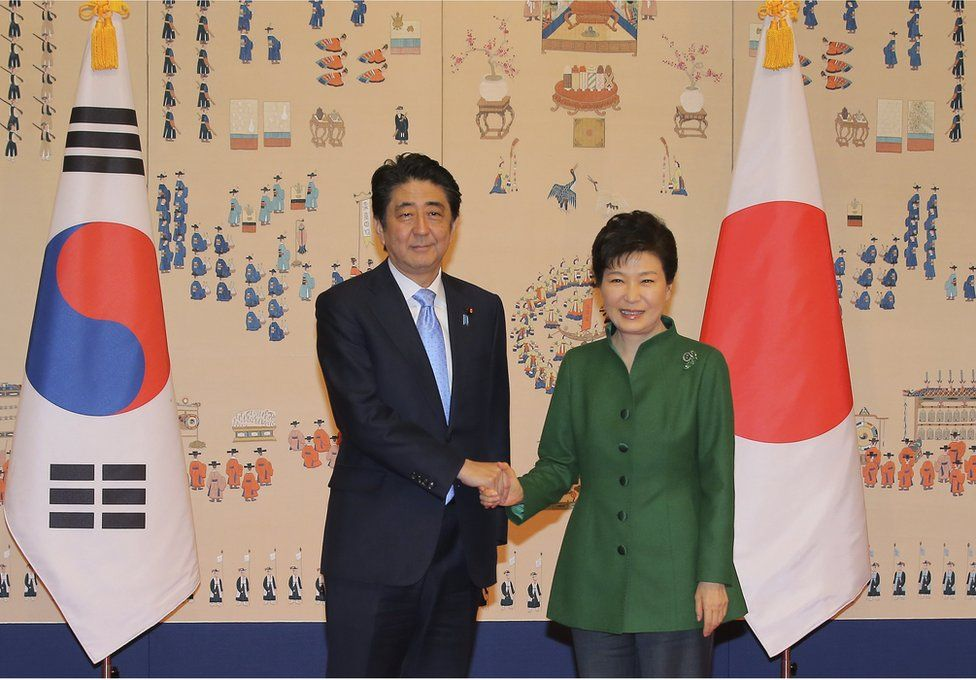 South Korean President Park Geun-hye, right, and Japanese Prime Minister Shinzo Abe pose for photos before their meeting at the presidential Blue House in Seoul, South Korea, Monday, 2 November 2015