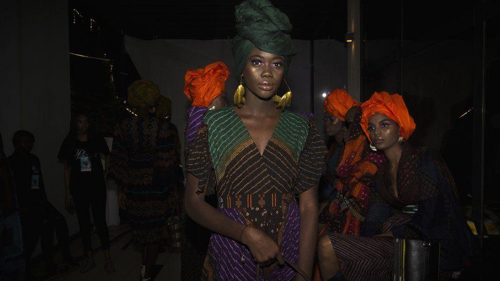 Un mannequin portant le dessin de Rama Diaw à la Semaine de la mode de Dakar à Dakar, Sénégal