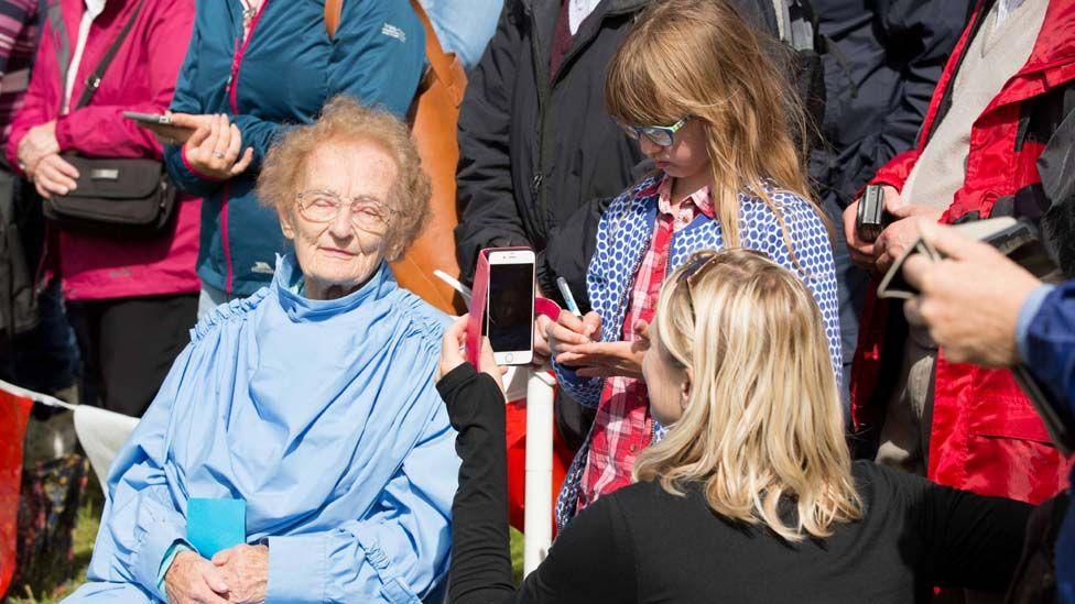 Ar ôl cystadlu ar lwyfan y Pafiliwn llynnedd, dyma Helena Jones yn cael ei hurddo eleni - a hithau'n 100 oed. // At 100 years of age, Helena Jones, from Brecon, was accepted into the Gorsedd.