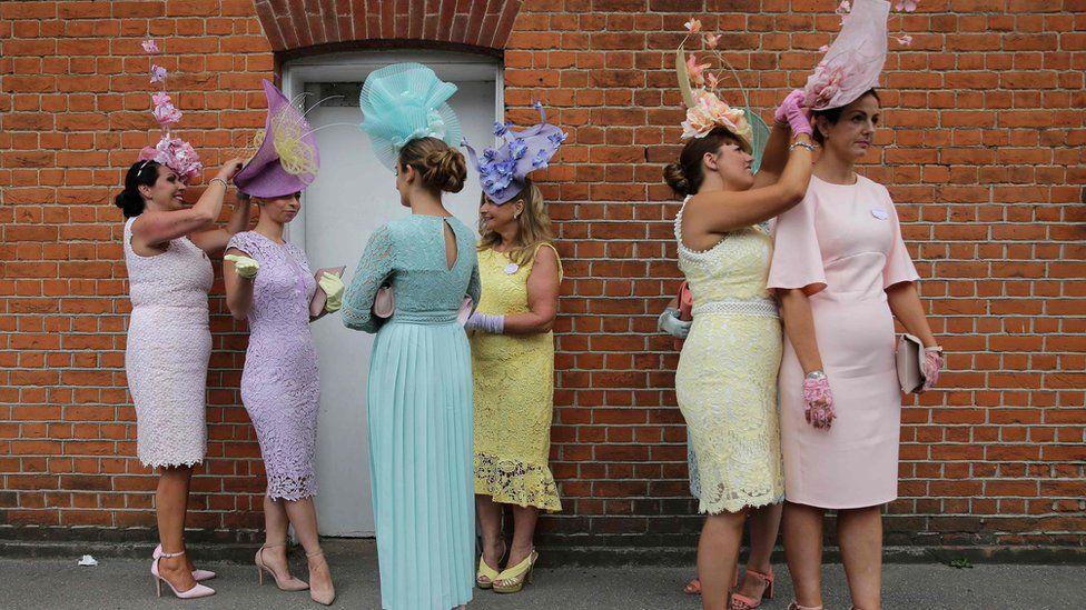 женщины в летних нарядах