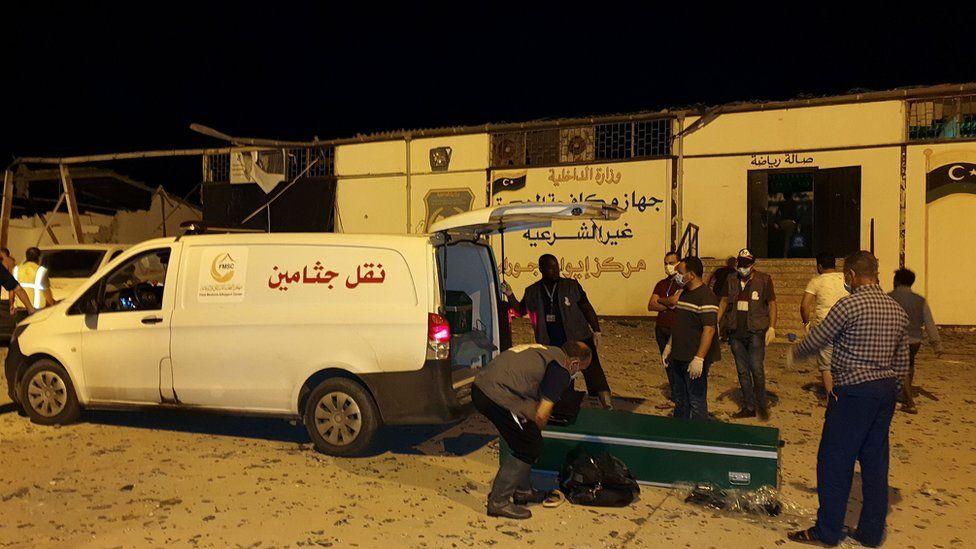 الإسعاف خارج مركز احتجاز تاجوراء، شرق طرابلس
