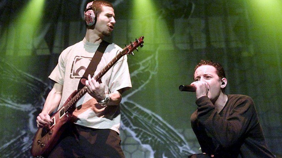 Linkin Park play in Las Vegas in 2002