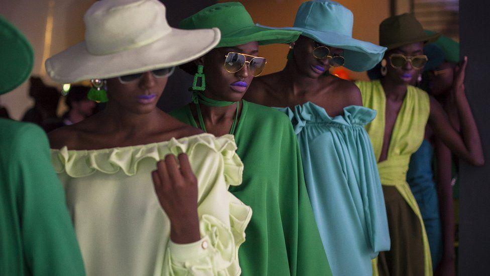Un groupe de mannequins portant des modèles Sisters of Afrika pendant la Semaine de la mode de Dakar à Dakar, Sénégal