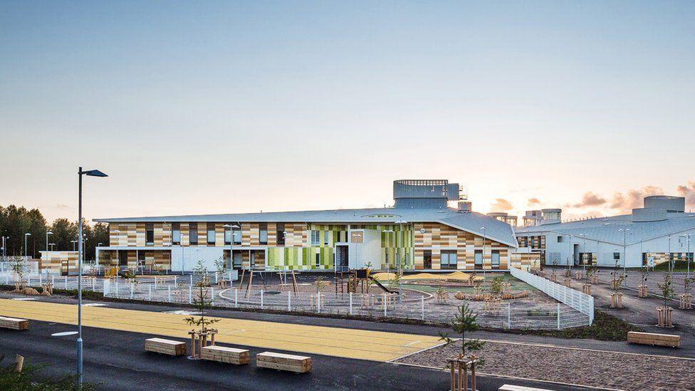Fachada de la escuela Kastelli, proyectada por la oficina de arquitectura Lahdelma & Mahlamäki, en Finlandia