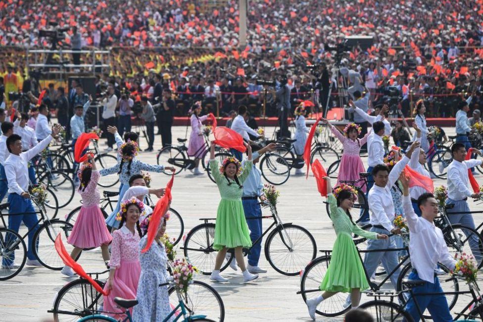 Китайська молодь на велосипедах на параді в честь 70-ліття КНР
