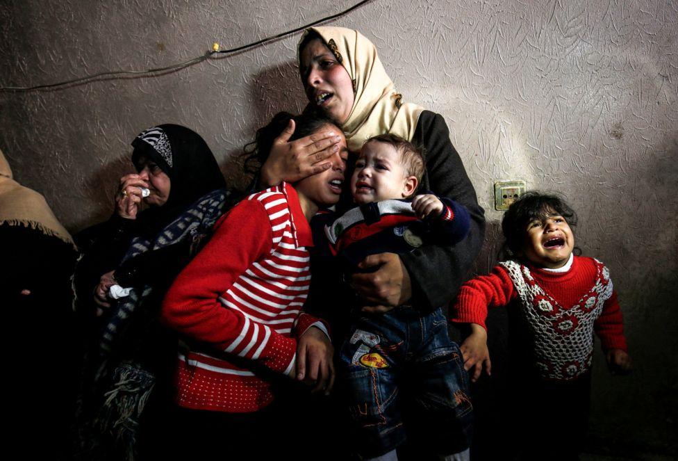 خانواده پسر 25 ساله فلسطینی که در اثر برخورد گلوله نیروهای اسرائیلی در نوار غزه درگذشت