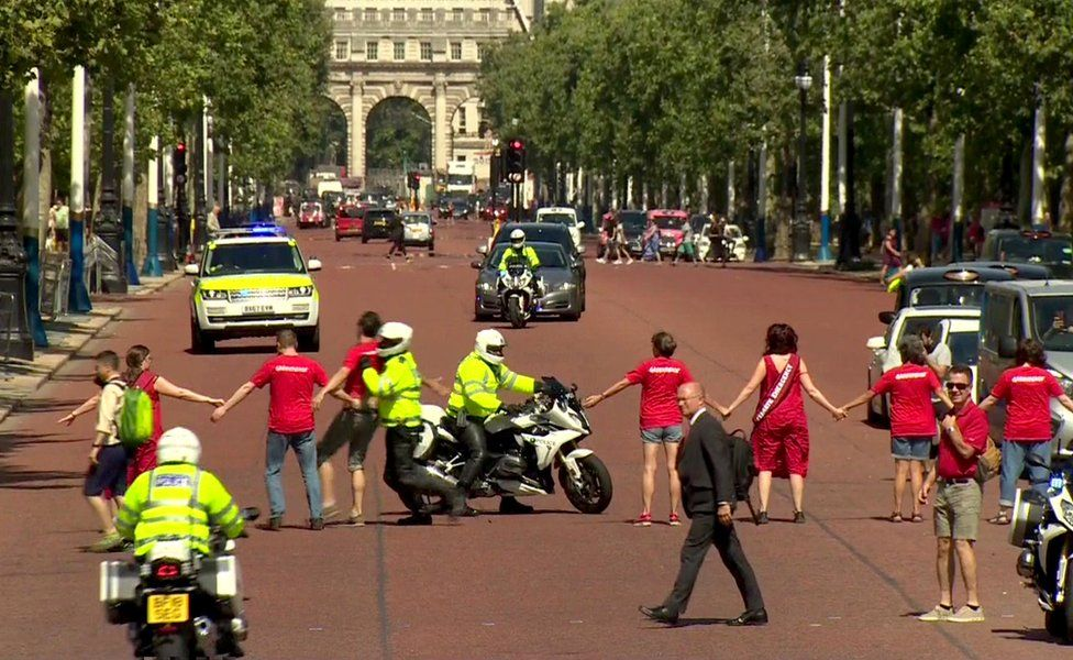 The motorcade bringing Boris Johnson to Buckingham Palace is disrupted by protesters