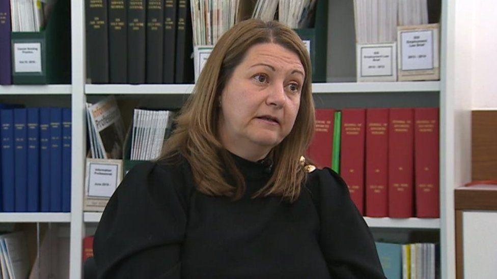Nicola Davis-Job o'r Coleg Nyrsio Brenhinol yng Nghymru