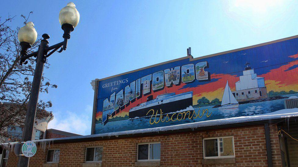 Renkli bir duvar resmi insanları Manitowoc'a davet ediyor