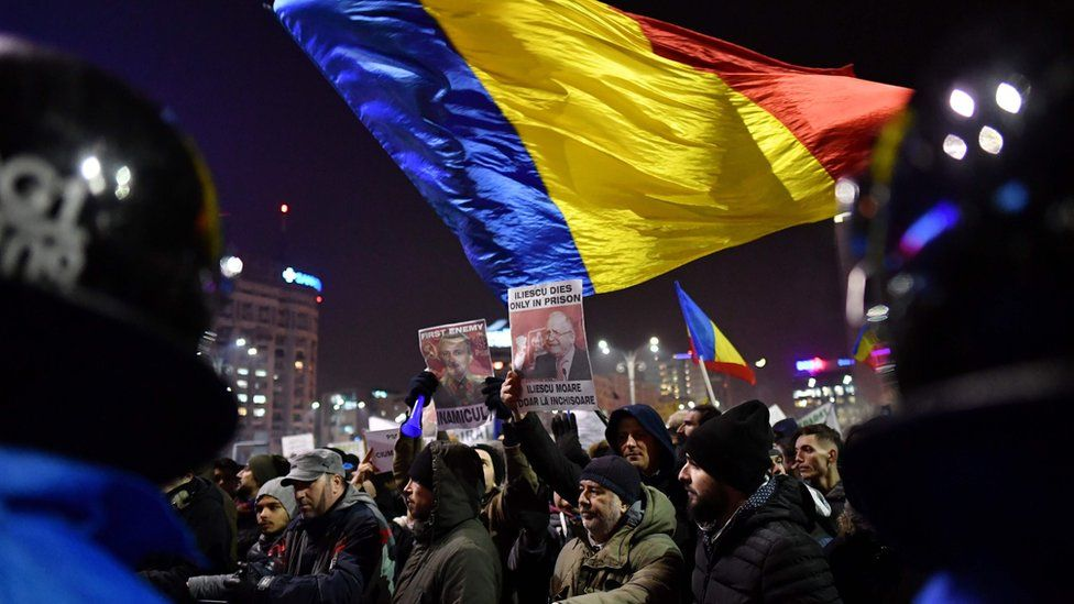 People demonstrate against controversial decrees to pardon corrupt politicians and decriminalize other offenses in front of the government headquarters in Bucharest, on 1 February, 2017