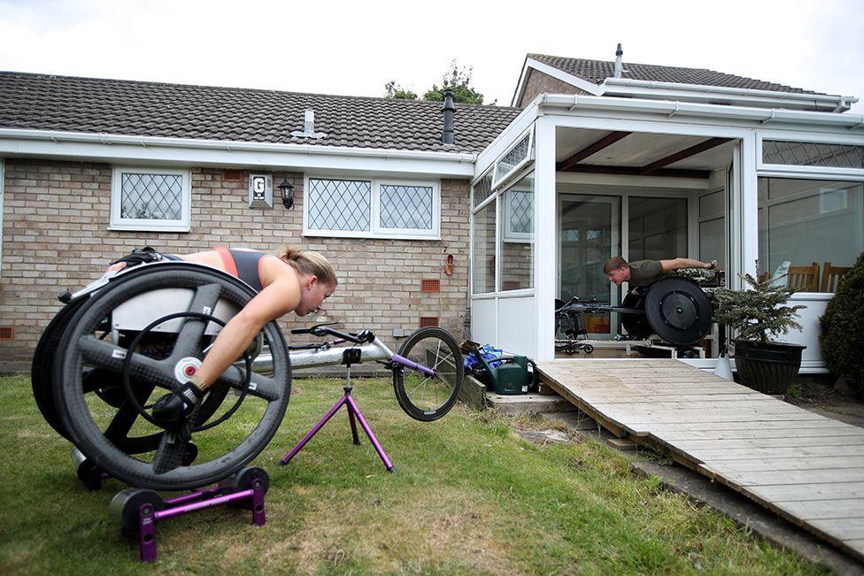 Britanya Paralimpik ekibiyle şampiyonluğa ulaşan Hannah Cockroft ve partneri Nathan Maguire Chester'daki evlerinde çalışırken