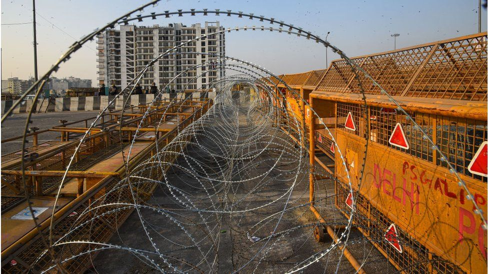 Rows of razor wire at Ghazipur