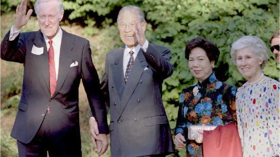 NY - JUNE 9 1995: Cornell University President Frank H.T. Rhodes (L) and Taiwan's President Lee Teng-Hui (2nd L) wave to members of the media as they enter a dinner in honor of the Taiwanese leader 09 June at Cornell University in Ithaca, New York. Lee's wife, Lee Tseng Wen-Fui (2nd R) and Rhodes wife, Rosa (L), joined their husbands at the celebration. Lee is currently on a five-day visit to Cornell, his alma mater. AFP PHOTO (Photo credit should read BOB STRONG/AFP/Getty Images)