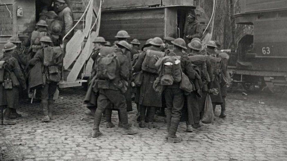 Milwyr ar eu ffordd i'r frwydr yn Arras, 1917
