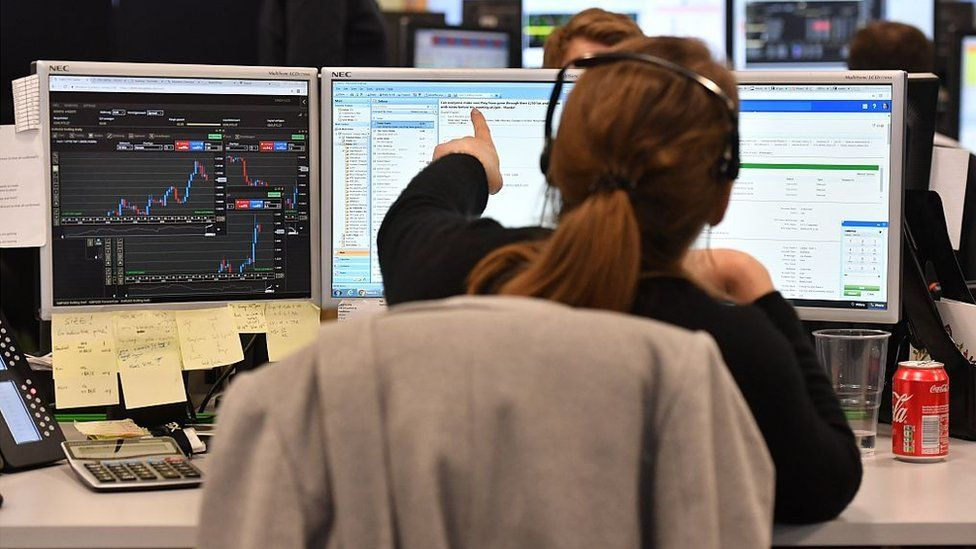Brexit: London loses out as Europe's top share trading hub _116295820_etxtrader3_getty