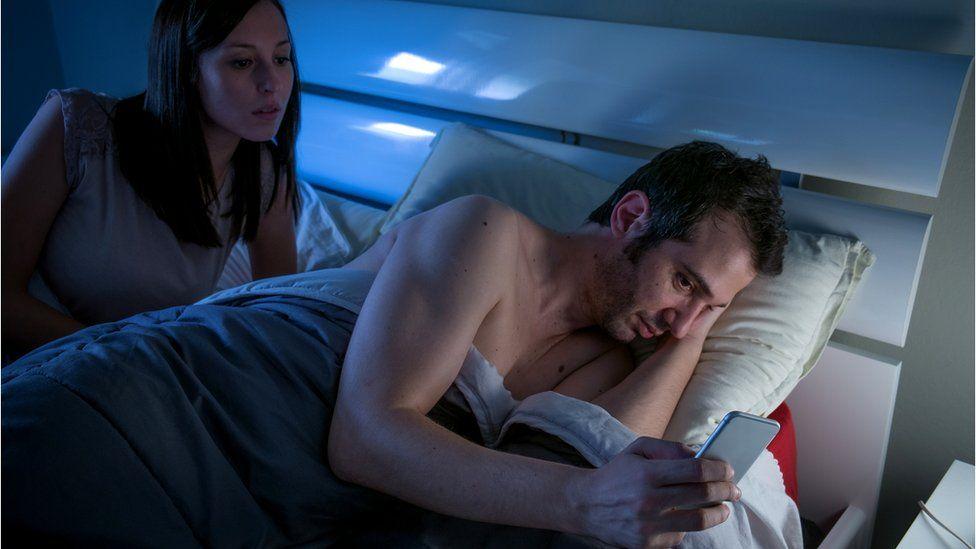 Исследователи считают, что соцсети и порно разрушают нашу сексуальную жизнь