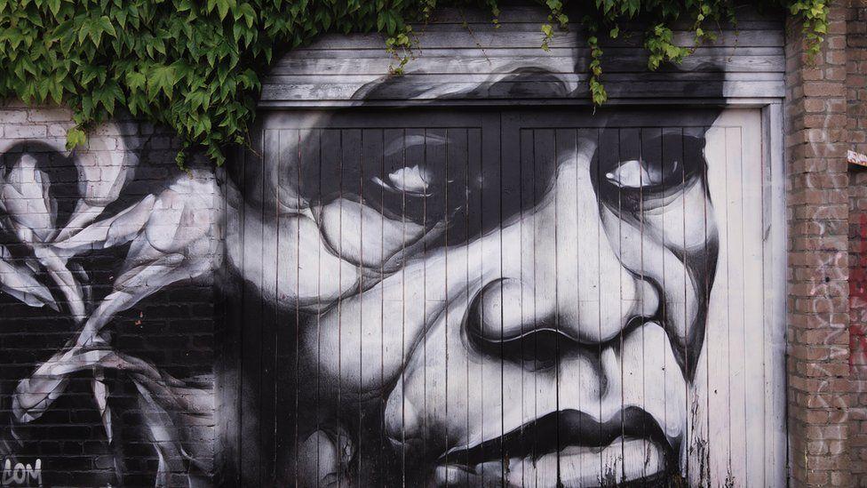 Graffiti a gwallt o ddail // Art in Roath