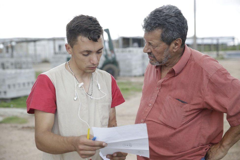 Luis Parodi speaks to a man at Punta de Rieles jail