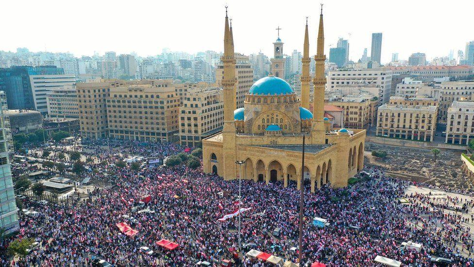 Cientos de manifestantes alrededor de una mezquita