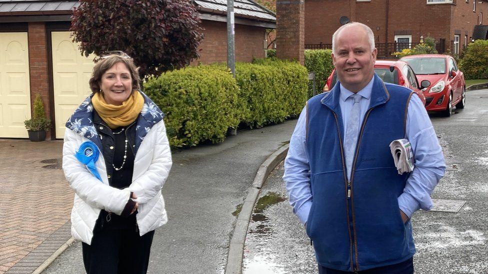 Roedd Andrew RT Davies yn ymgyrchu gyda Janet Finch-Saunders yng ngogledd Cymru ddydd Mawrth