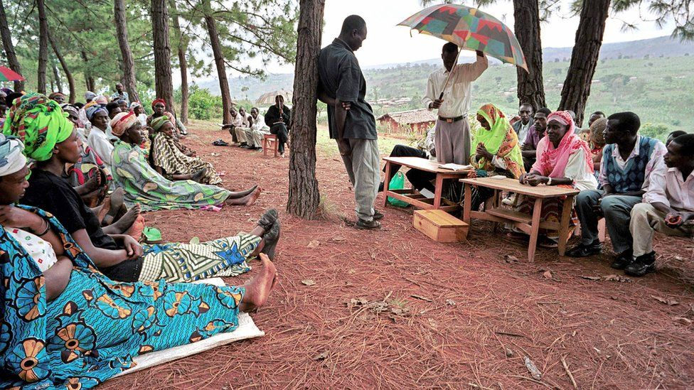 A witness facing the president (with umbrella) of a gacaca court session in Rukira, during a hearing in relation with the 1994 Rwandan genocide - 3 December 2003