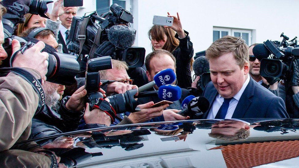 Prime Minister Sigmundur Gunnlaugsson leaves the residence of Iceland's President President Olafur Ragnar Grimsson after a meeting (5 April 2016)