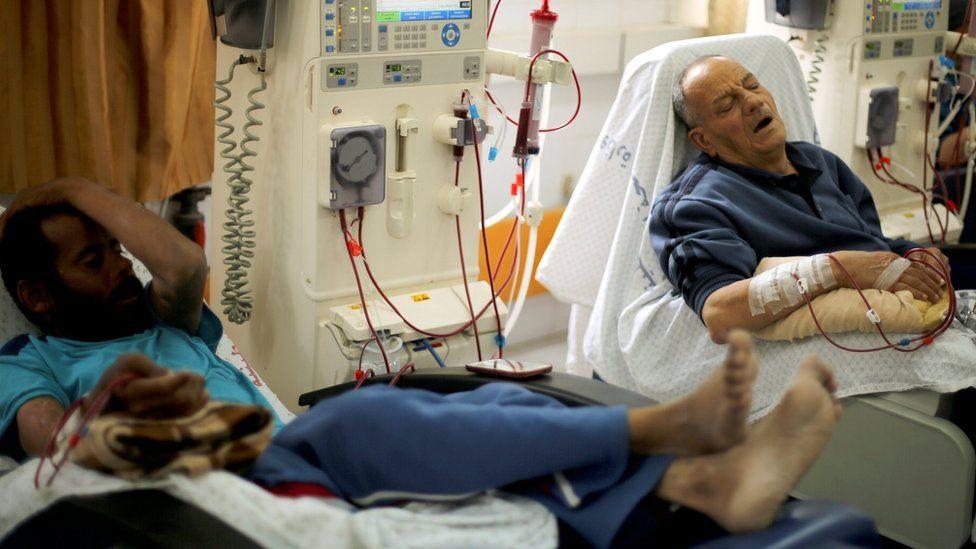 Palestinian patients undergo kidney dialysis at Shifa hospital in Gaza City (24 April 2017)
