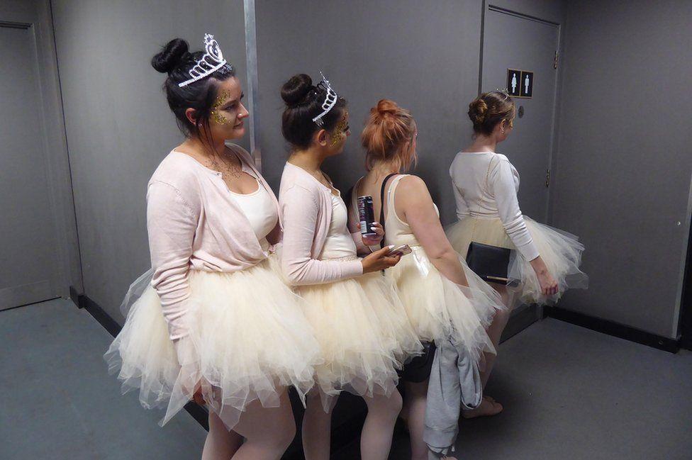 Ballerinas queue
