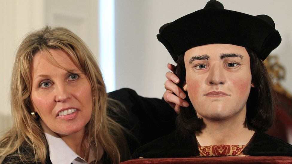Philippa Langley with a reconstructed head of Richard III